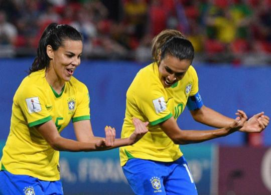 Marta converte pênalti, Brasil vence Itália e avança às oitavas em terceiro | Philippe Huguen l AFP