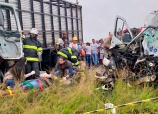 Colisão entre van e ônibus deixa oito mortos na BA-502   Paulo José   Acorda Cidade
