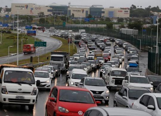 Motoristas enfrentam congestionamento na saída da cidade; ferry tem espera de duas horas | Raul Spinassé | Ag. A TARDE