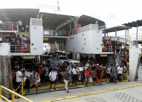 Movimento de volta para casa é intenso no ferryboat e nas estradas | Uendel Galter | Ag. A TARDE