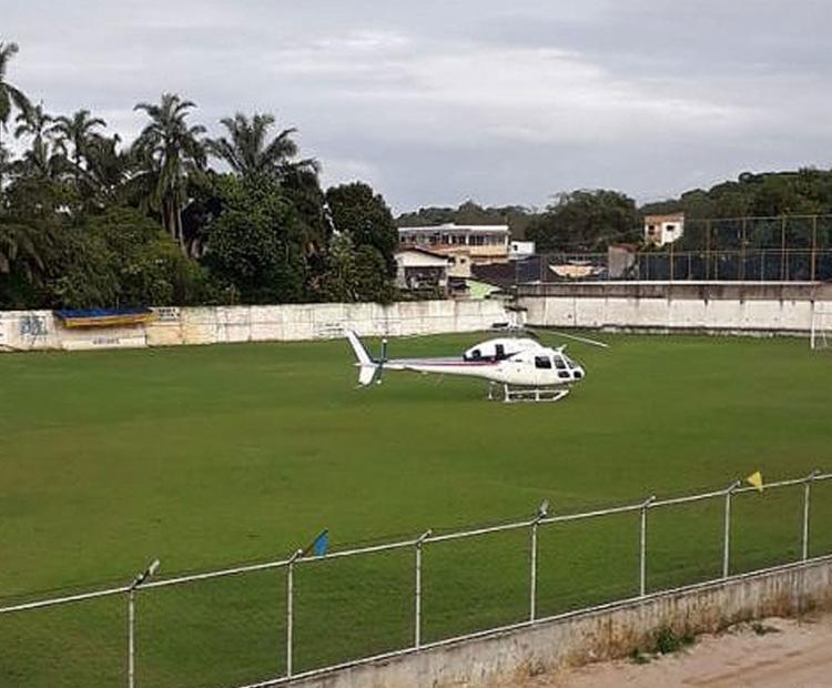 A aterrissagem foi feita em um campo de futebol (Foto: Blog Políticos do Sul da Bahia)