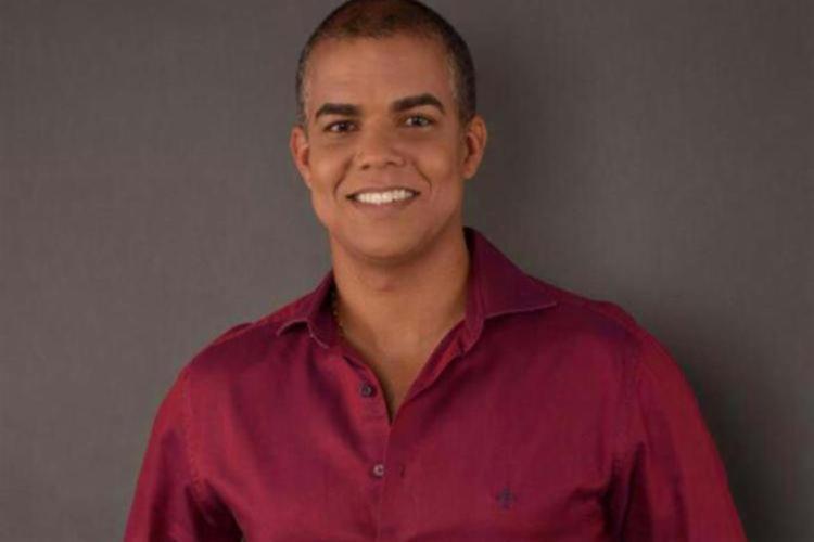 Dr. Carlos Eduardo Reis de Sousa é médico e cirurgião-dentista, pós-graduado em educação, psiquiatria e medicina do trabalho, além de mestrado na área de saúde coletiva, além de escritor, coach e palestrante