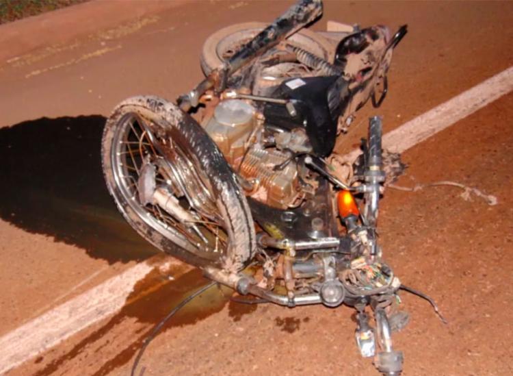 Moto ficou completamente destruída e foi arremessada mais de 40 metros da pista - Foto: Reprodução | Blog Braga
