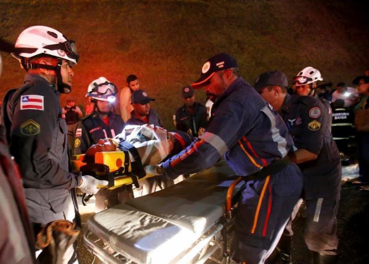 Alguns passageiros foram atendidos pelo Serviço de Atendimento Móvel de Urgência (SAMU), no local onde ocorreu acidente - Foto: Adilton Venegeroles   Ag. A Tarde