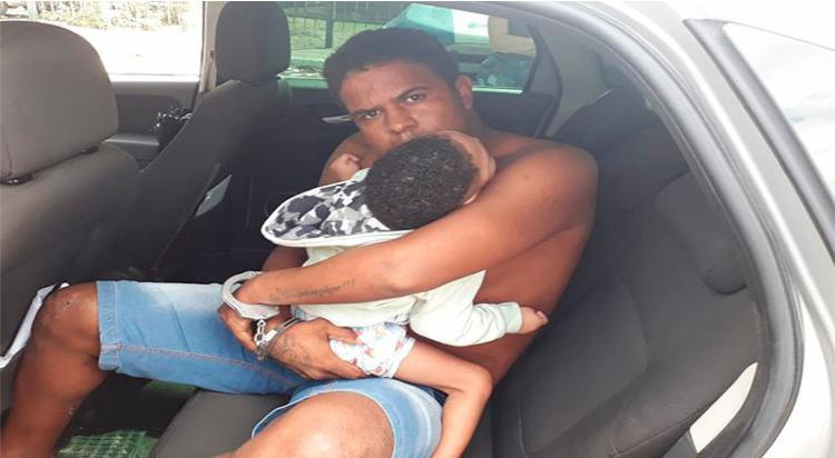 Ao chegar na delegacia, Darlan solicitou a presença da imprensa para soltar a criança - Foto: Aldo Matos | Acorda Cidade