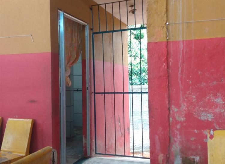 Trio tentou cerrar grades da instituição   Foto: Nicolas Melo   Ag. A TARDE