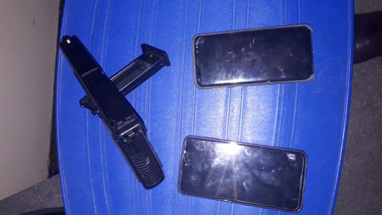 A PM encontrou com a suspeita um simulacro de pistola e dois celulares - Foto: Divulgação | SSP-BA