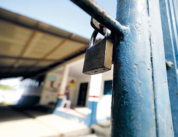 Escola trancada por falta de condições de funcionar