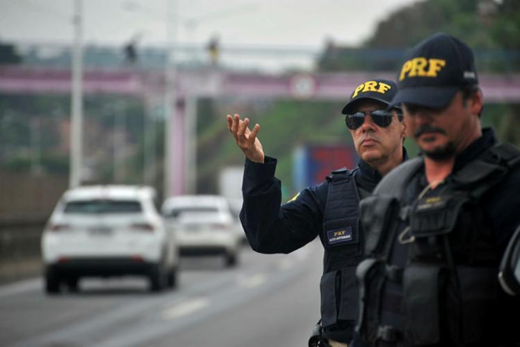 Em decorrência do feriado prolongado, as rodovias federais recebem aumento de fluxo de veículos - Foto: Felipe Iruatã | Ag. A TARDE