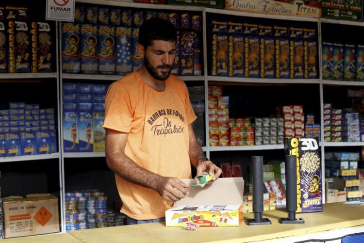 Comerciantes reclamam da queda na venda de fogos nos últimos anos, mas associação aposta em crescimento - Foto: Adilton Venegeroles | Ag. A TARDE