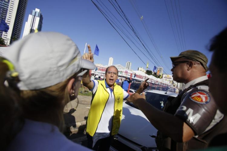 Policiais tentaram intervir para desbloquear a via