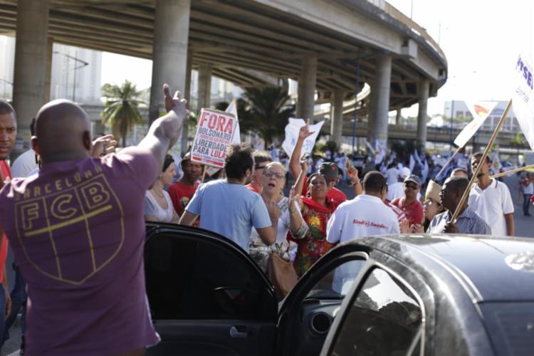 Motorista discute com manifestantes