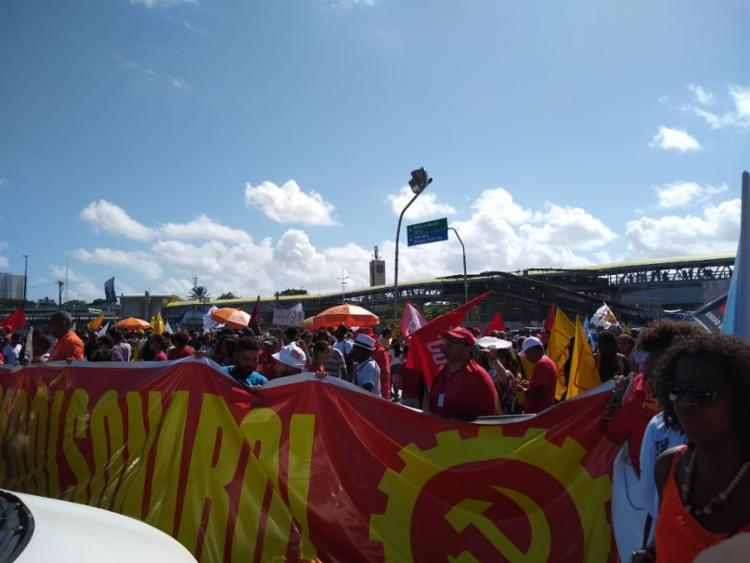 Manifestantes bloqueiam trânsito em frente ao Shopping da Bahia | Foto: Keyla Pereira | Ag. A TARDE