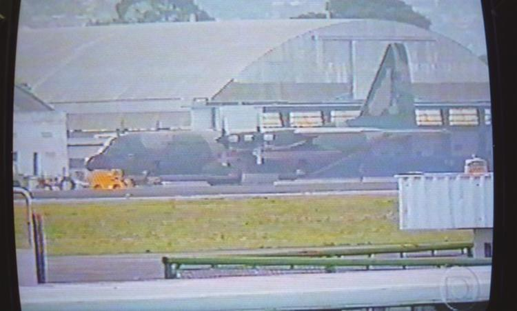 O comandante do voo e oito tripulantes não foram presos na hora - Foto: Reprodução | TV Globo
