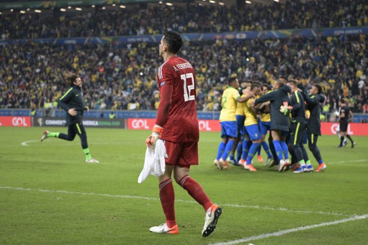Jogadores da seleção comemoram com Gabriel Jesus após converter o pênalti da classificação - Foto: Juan Mabromata l AFP