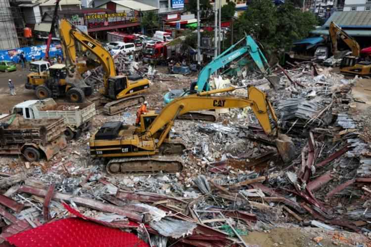 Edifício que desabou estava em construção e faltava menos de 20% para ficar pronto - Foto: Sun Rethy Kun | AFP