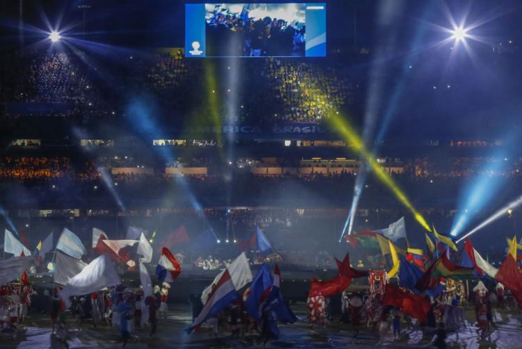 A cerimônia durou cerca de 10 minutos e teve a presença de 400 pessoas, que empunhavam bandeiras dos países e outras coloridas. - Foto: Miguel Schincariol l AFP