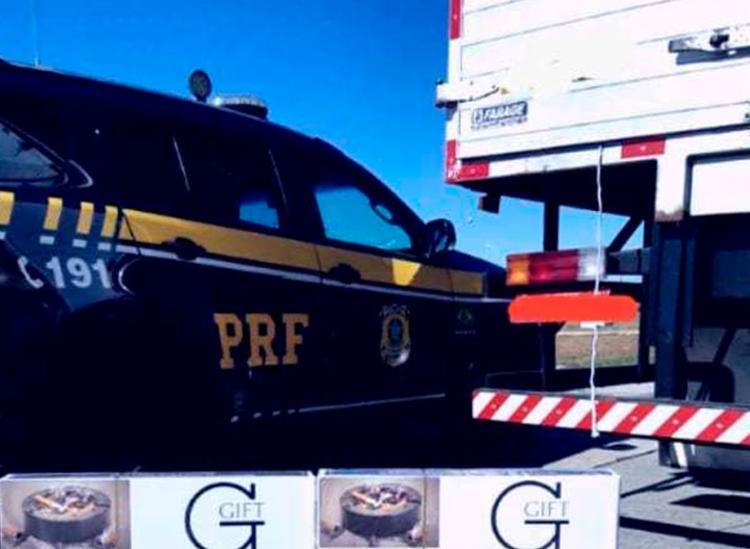Centenas de pacotes de foram encontrados dentro do caminhão - Foto: Divulgação | PRF