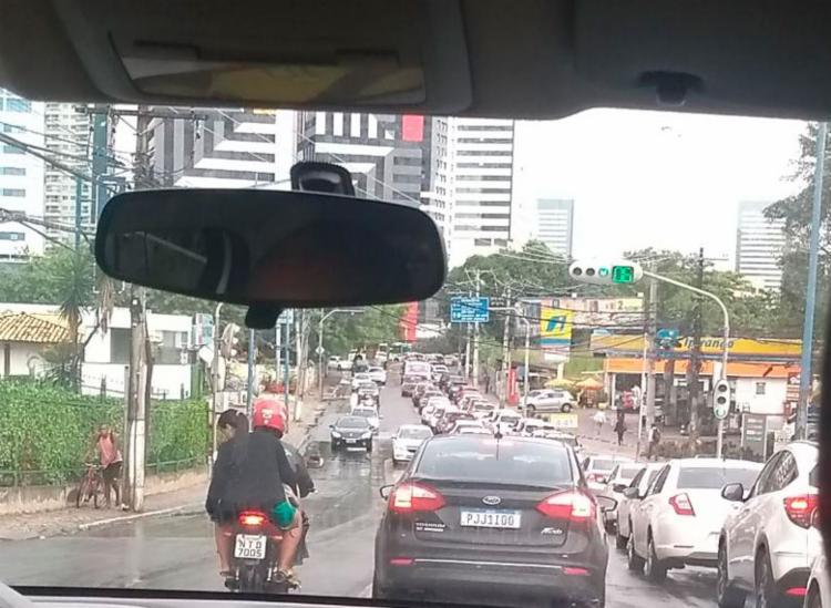 Acidente deixa reflexo no trânsito da avenida Tancredo Neves - Foto: Cidadão Repórter | Via WhatsApp