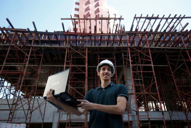 Estudante de engenharia civil Marcos Fernandes diz que o prêmio de 2018 lhe garantiu um estágio - Foto: Raul Spinassé | Ag. A TARDE