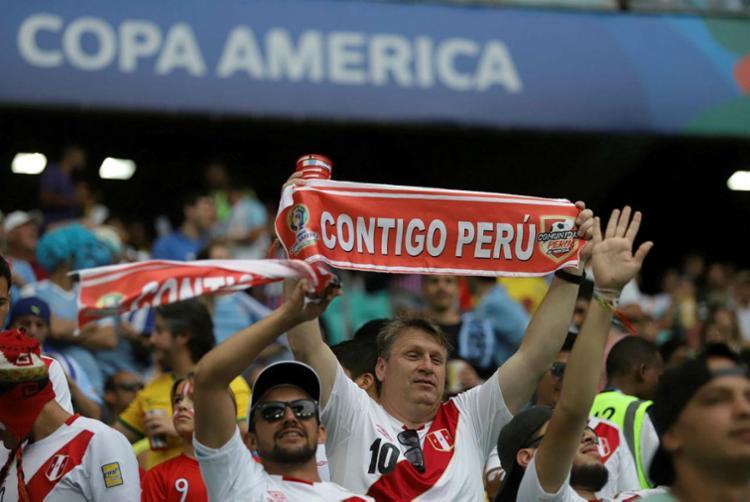 Torcida do Peru acompanha o time chegar pela terceira vez à semifinal do torneio - Foto: Adilton Venegeroles | Ag. A TARDE