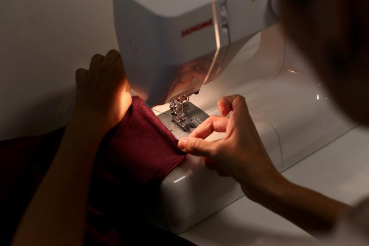 Costurar implica muito mais do que a produção de uma peça - Foto: Adilton Venegeroles | Ag. A TARDE