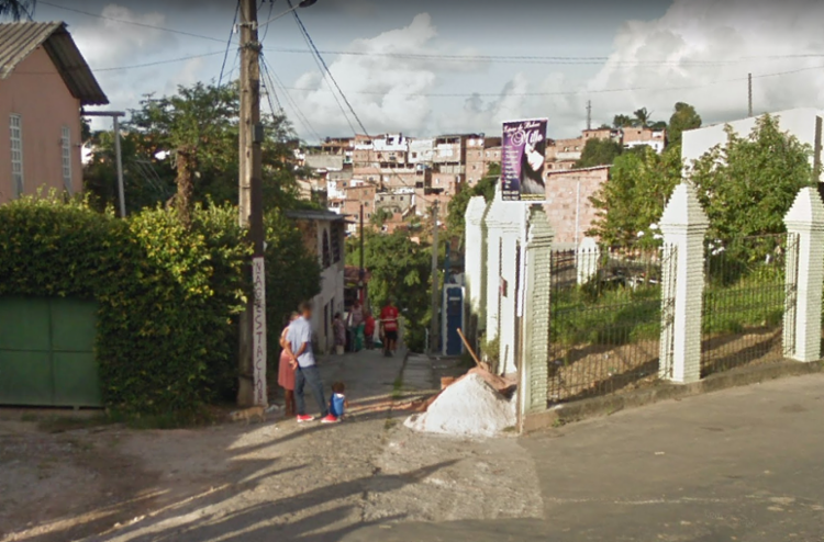 Populares ajudaram retirar a vítima debaixo da estrutura - Foto: Reprodução | Google Maps
