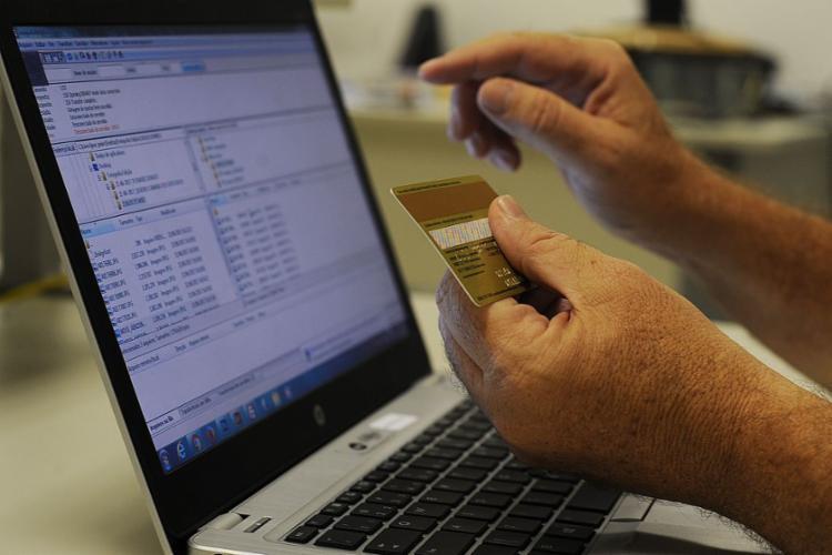Quadrilhas aproveitam momentos de grande volume de compras para roubar dados de clientes - Foto: Marcello Casal Jr | Agência Brasil