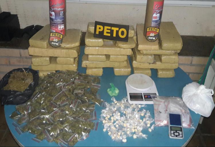Apreensão foi realizada após policiais receberem uma denúncia sobre criminosos traficando drogas armados no local - Foto: Divulgação | SSP
