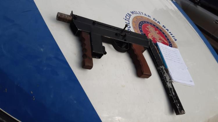 Além da submetralhadora, a polícia encontrou um carregador de calibre 380, 44 pinos de cocaína e porções de maconha - Foto: Divulgação | SSP