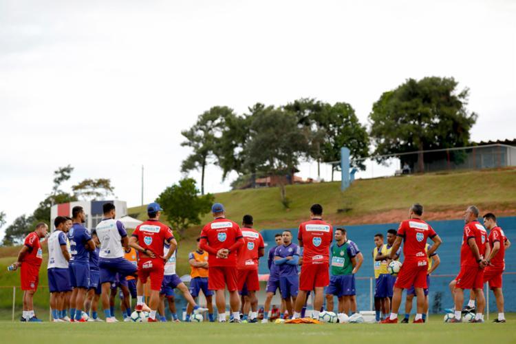 O técnico Roger Machado conversou com os jogadores antes da atividade em campo - Foto: Felipe Oliveira   EC Bahia
