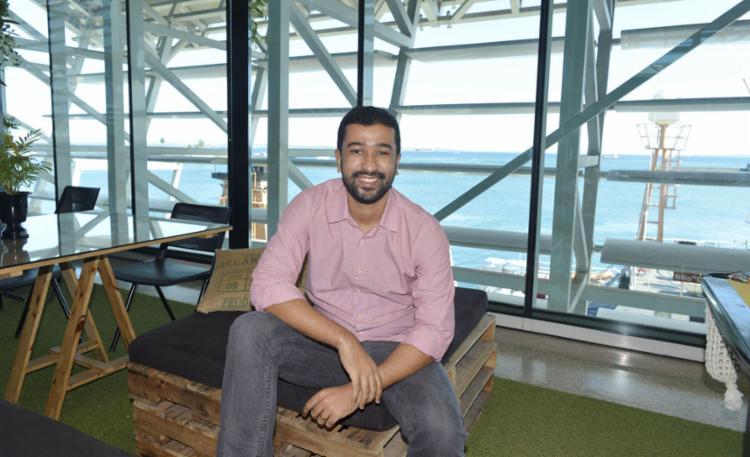 Aos 29 anos, o designer Allisson Souza é sócio da empresa Slidefy - Foto: Shirley Stolze | Ag. A TARDE