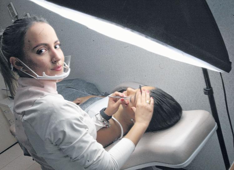 Há 10 anos na área, Érika hoje dá aula de design de sobrancelhas - Foto: Luciano da Matta | Ag. A TARDE