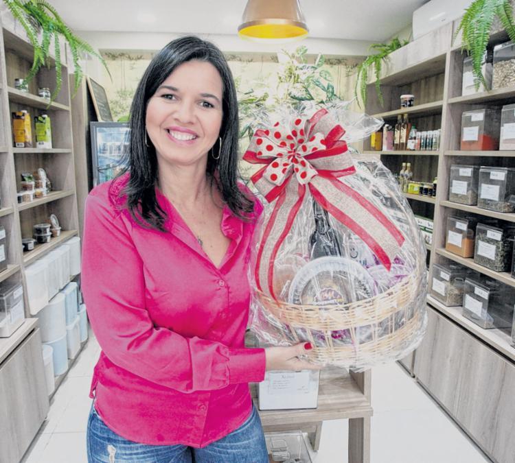 Viviane, sócia da loja Grãos da Vila, anuncia sorteio de uma cesta de produtos naturais para quem quer um presente diferenciado - Foto: Luciano da Matta | Ag. A TARDE