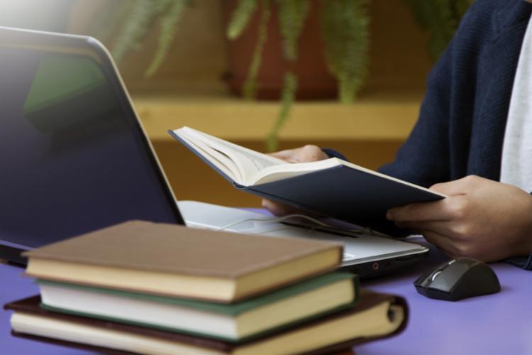 A maioria das pessoas opta pela modalidade EAD por conta da flexibilidade para conciliar trabalho e estudos - Foto: Divulgação