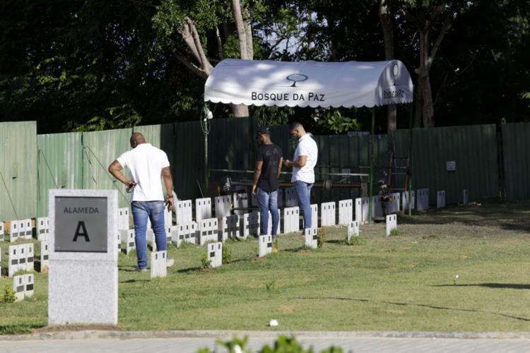 Corpo do empresário foi enterrado no Bosque da Paz - Foto: Adilton Venegeroles l Ag. A TARDE