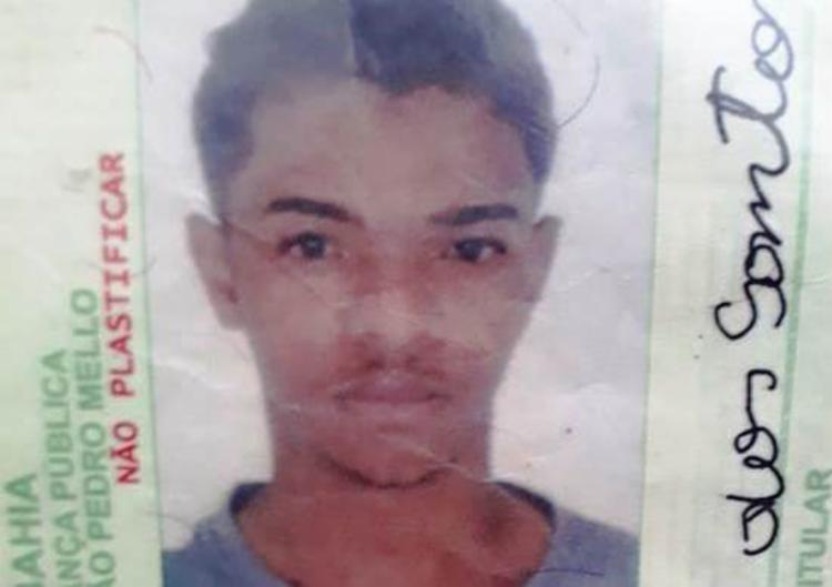 Ailton Lucena dos Santos, de 21 anos, foi encontrado com várias marcas de tiro - Foto: Aldo Matos   Acorda Cidade