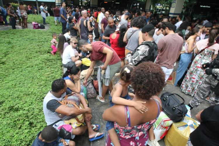 Na Rodoviária de Salvador os passageiros esperam cerca de 3h para embarcar - Foto: Luciano da Matta   Ag. A TARDE