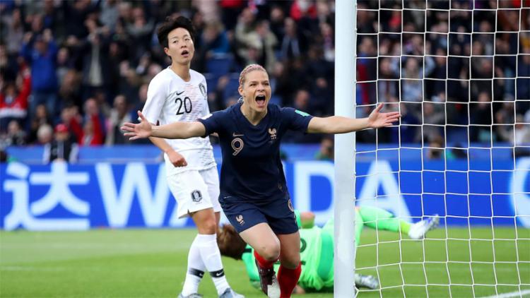 A atacante francesa Eugenie Le Sommer abriu o placar no estádio Parc de Princes, em Paris - Foto: Divulgação l Fifa