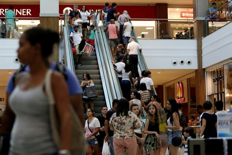 Alguns shoppings terão o expediente alterado por conta do feriado - Foto: Raul spinassé   Ag. A TARDE