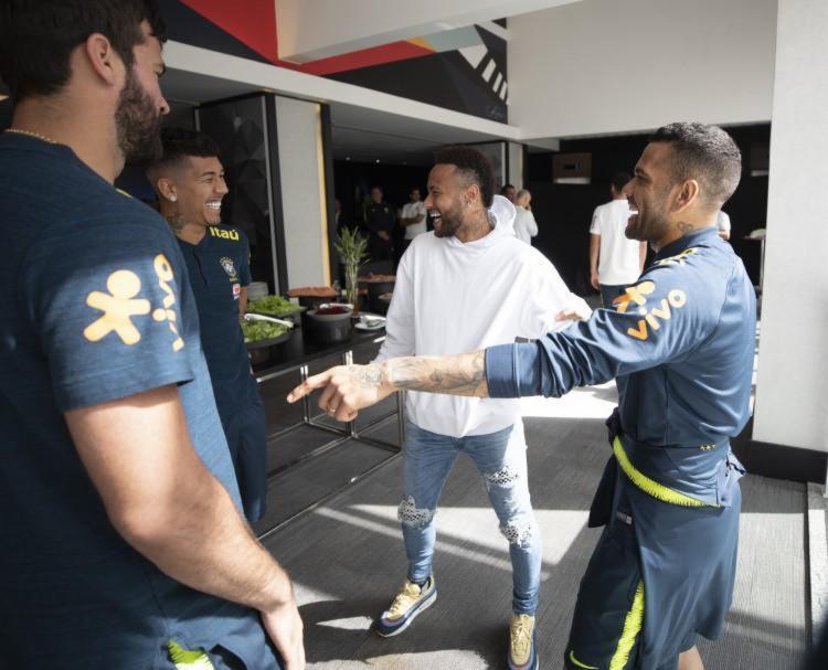 Neymar visita Seleção e brinca: