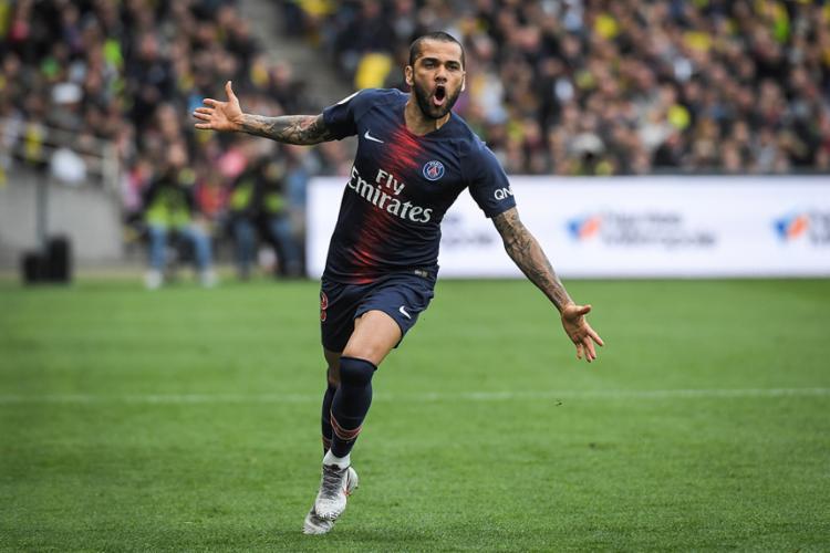 Daniel Alves anuncia saída do Paris Saint-Germain: 'Fecho um
