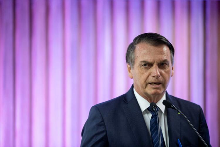 Visivelmente cansado e irritado, Bolsonaro culpou a imprensa ao comentar a fala de Merkel - Foto: Mauro Pimentel | AFP