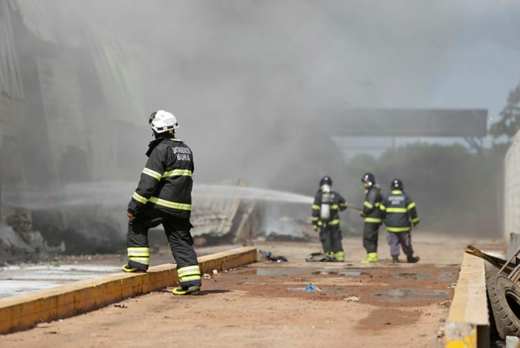 Equipes dos Bombeiros realizam o rescaldo revirando e resfriando todo o material - Foto: Joá Souza   Ag. A TARDE