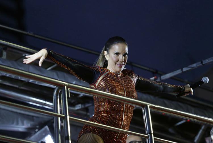Ivete continuou cantando mesmo após a queda - Foto: Uendel Gauter | Ag. A TARDE