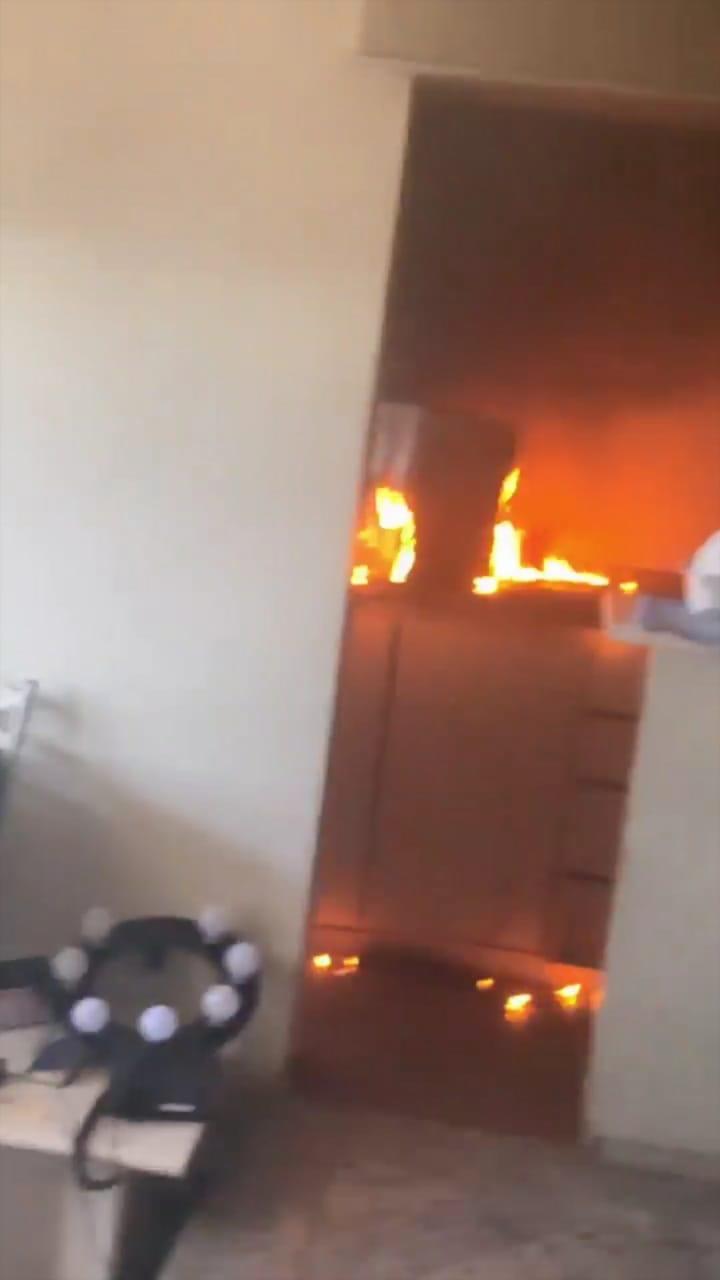 Funkeira gravou momento em que parte do apartamento estava em chamas