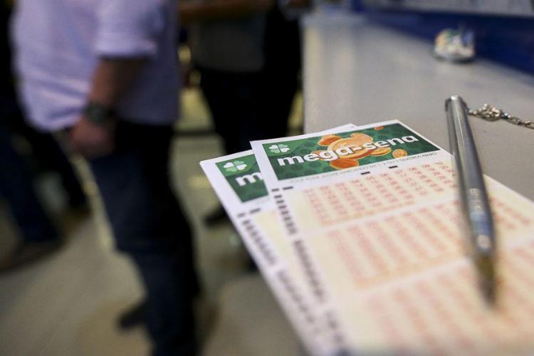Chance de vencer em cada concurso varia de acordo com o número de dezenas jogadas - Foto: Marcelo Camargo l Agência Brasil
