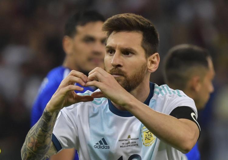 Messi comemora após marcar o gol de empate para os hermanos - Foto: Luis Acosta l AFP