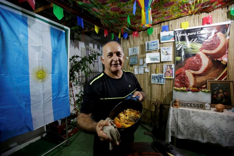 O chef Luís Argentino faz churrasco, pizza e locro por encomenada | Foto: Adilton Venegeroles | Ag. A TARDE