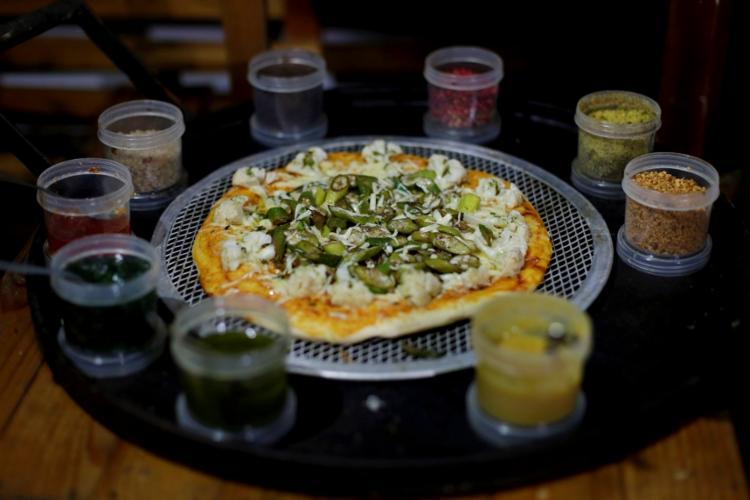 A pizza vegetariana leva farinhas de trigo e de milho na massa com várias opções de molho | Foto: Adilton Venegeroles | Ag. A TARDE